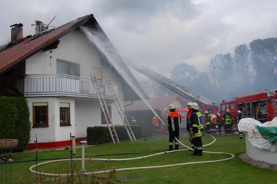 21-09-2014-memmingen-egelsee-brand-wohnhaus-dachstuhl-feuerwehr-new-facts-eu (11)