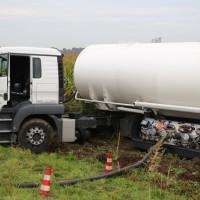 26-09-2014-a7-woringen-groenenbach-gefahrgut-tanklastzug-unfall-umpumpen-bergung-feuerwehr-poeppel-new-facts-eu (1)