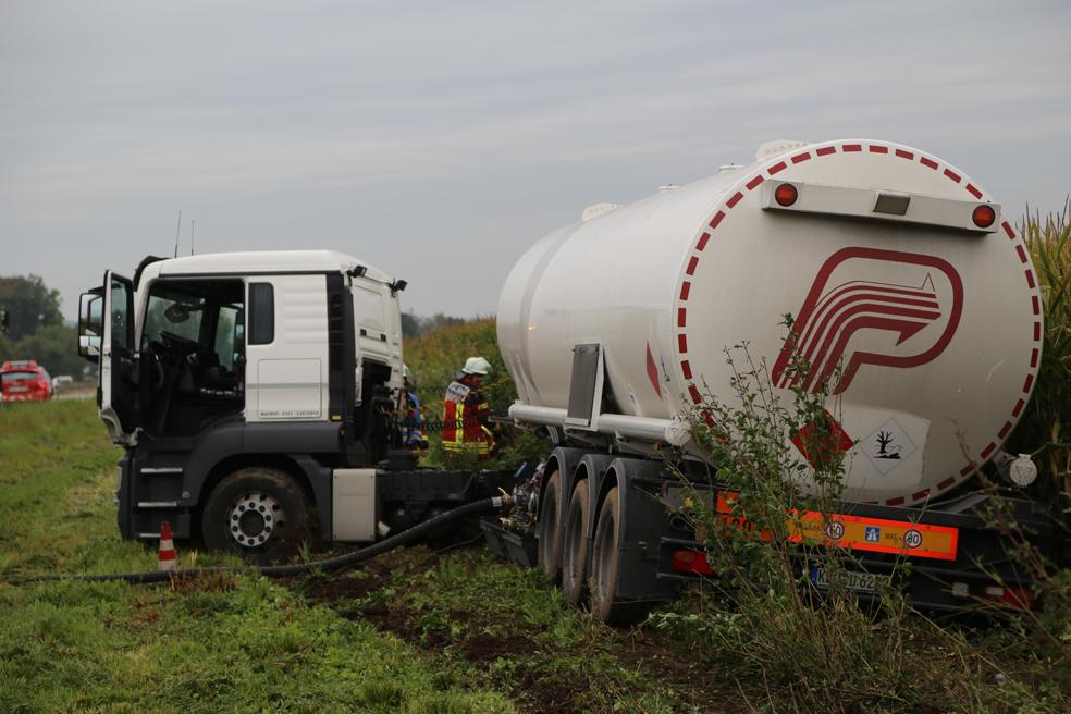 26-09-2014-a7-woringen-groenenbach-gefahrgut-tanklastzug-unfall-umpumpen-bergung-feuerwehr-poeppel-new-facts-eu (6)