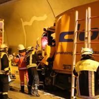 26-09-2014-a96-kohlbergtunnel-erkheim-stetten-lkw-unfall-schwer-rettungsdienst-polizei-feuerwehr-poeppel-new-facts-eu