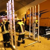26-09-2014-a96-kohlbergtunnel-erkheim-stetten-lkw-unfall-schwer-rettungsdienst-polizei-feuerwehr-poeppel-new-facts-eu (3)