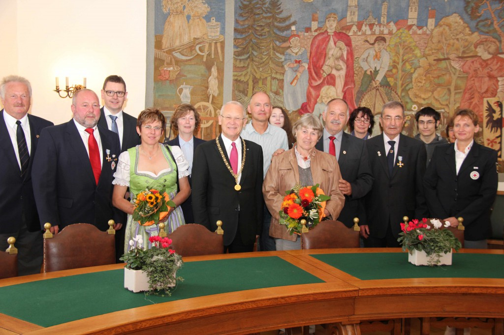 Bei der Feierstunde im Rathaus: Oberbürgermeister Dr. Ivo Holzinger (Mitte) mit den ausgezeichneten Helfern, deren Angehörige und Vertretern des BRK-Kreisverbandes Unterallgäu