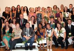 Die 23 erfolgreichen Absolventen der Berufsfachschule für Krankenpflege mit Schulleiter Fridolin Bruckner (vorne Mitte), ihrem stolzen Klassenlehrer Siegfried Beer (dahinter links) sowie weiteren Lehrkräften und Schulmitarbeitern. Foto: Häfele/Pressestelle Klinikum Memmingen