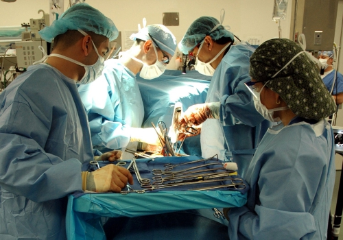 Ärzte bei einer Operation, über dts Nachrichtenagentur