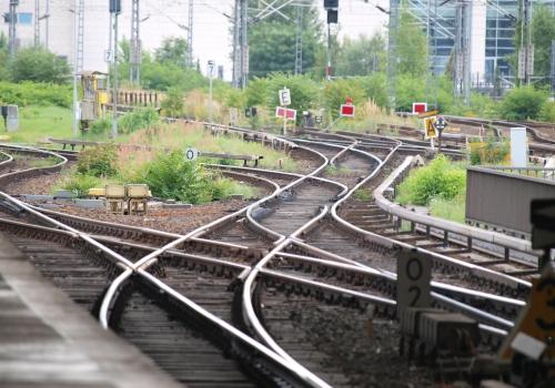 Schienen am Bahnsteig, über dts Nachrichtenagentur
