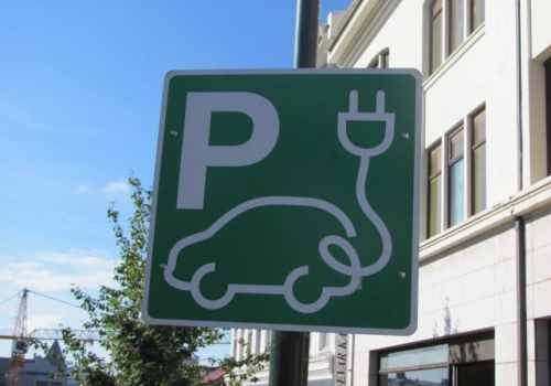 Hinweisschild auf Ladestation für Elektroautos, über dts Nachrichtenagentur