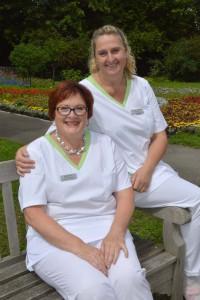 Seit 20 Jahren kümmert sich Stomatherapeutin Birgitt Stark (links) um Patienten mit einem künstlichen Darmausgang. Seit fünf Jahren wird sie dabei von Kollegin Mirjam Schwarz (rechts) unterstützt.Foto: Ulrich Haas
