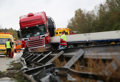 22-10-2014-a96-memmingen-aitrach-unfall-lkw-sattelzug-feuerwehr-polizei-poeppel-new-facts-eu20141022_0022