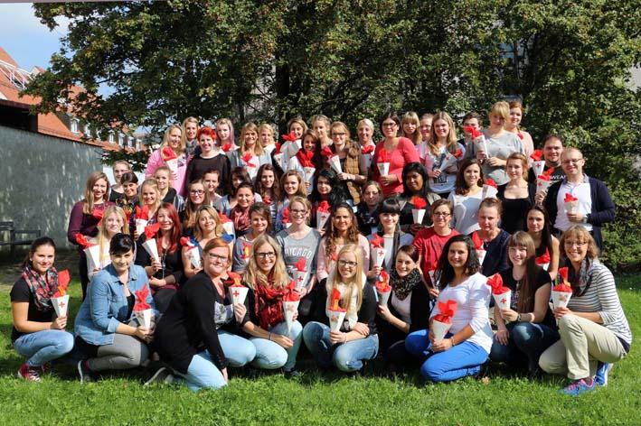 Die 56 Neulinge der Berufsfachschule für Kranken- und Kinderkrankenpflege am Klinikum Memmingen. Foto: Eva Häfele/Pressestelle Klinikum Memmingen