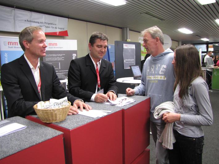 Ulrich Götzeler (links) und Jochen König vom Personalamt der Stadt Memmingen informieren bei der 10. Ausbildungsmesse zu den rund 20 Ausbildungsberufen bei der Stadt. Foto: Stadt Memmingen