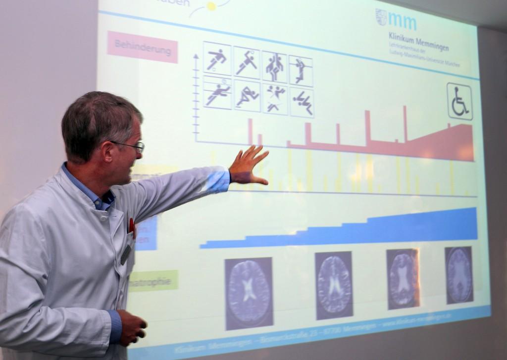 Neurologie-Chefarzt PD Dr. Christoph Lichy vom Klinikum Memmingen zeigt einen typischen Krankheitsverlauf bei Multipler Sklerose mit zunehmender Behinderung der Patienten auf. Foto: Eva Häfele - Pressestelle Stadt Memmingen