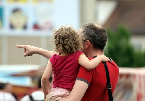 Mann mit Kind, über dts Nachrichtenagentur