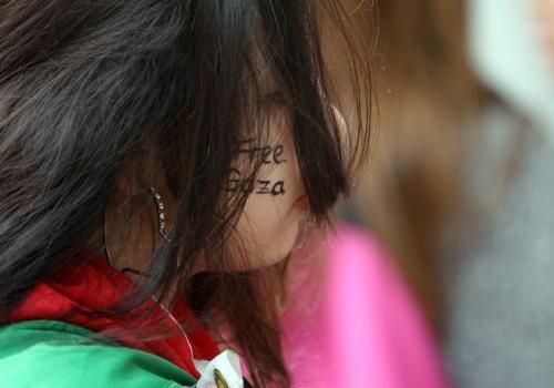 Mädchen mit dem Schriftzug