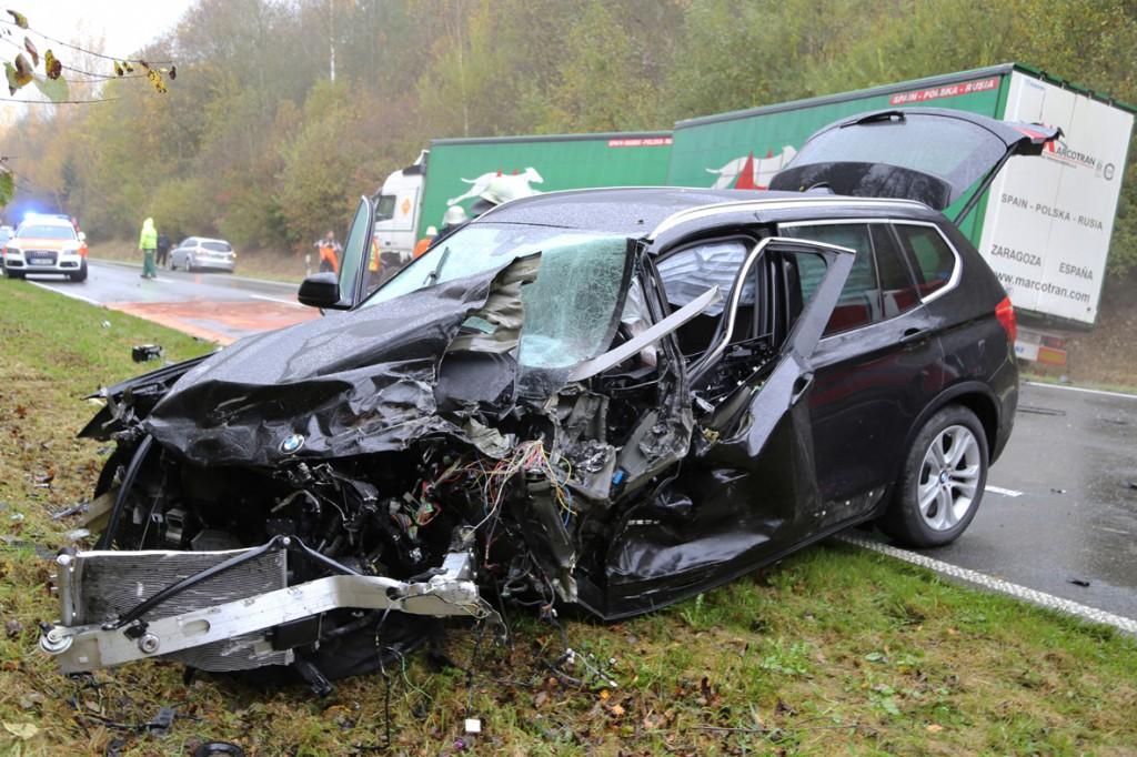 05-11-2014-b312-berkheim-biberach-lkw-unfall-pkw-bmw-schwer-sperrung-feuerwehr-gefahrgut-poeppel-new-facts-eu20141105_0001