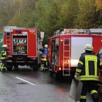 05-11-2014-b312-berkheim-biberach-lkw-unfall-pkw-bmw-schwer-sperrung-feuerwehr-gefahrgut-poeppel-new-facts-eu20141105_0002