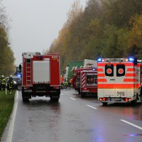 05-11-2014-b312-berkheim-biberach-lkw-unfall-pkw-bmw-schwer-sperrung-feuerwehr-gefahrgut-poeppel-new-facts-eu20141105_0003