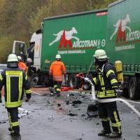 05-11-2014-b312-berkheim-biberach-lkw-unfall-pkw-bmw-schwer-sperrung-feuerwehr-gefahrgut-poeppel-new-facts-eu20141105_0004