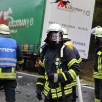 05-11-2014-b312-berkheim-biberach-lkw-unfall-pkw-bmw-schwer-sperrung-feuerwehr-gefahrgut-poeppel-new-facts-eu20141105_0007