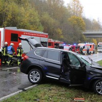 05-11-2014-b312-berkheim-biberach-lkw-unfall-pkw-bmw-schwer-sperrung-feuerwehr-gefahrgut-poeppel-new-facts-eu20141105_0010