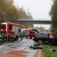 05-11-2014-b312-berkheim-biberach-lkw-unfall-pkw-bmw-schwer-sperrung-feuerwehr-gefahrgut-poeppel-new-facts-eu20141105_0014