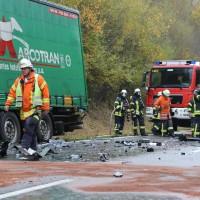 05-11-2014-b312-berkheim-biberach-lkw-unfall-pkw-bmw-schwer-sperrung-feuerwehr-gefahrgut-poeppel-new-facts-eu20141105_0015
