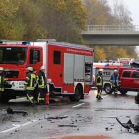 05-11-2014-b312-berkheim-biberach-lkw-unfall-pkw-bmw-schwer-sperrung-feuerwehr-gefahrgut-poeppel-new-facts-eu20141105_0017