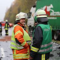 05-11-2014-b312-berkheim-biberach-lkw-unfall-pkw-bmw-schwer-sperrung-feuerwehr-gefahrgut-poeppel-new-facts-eu20141105_0019