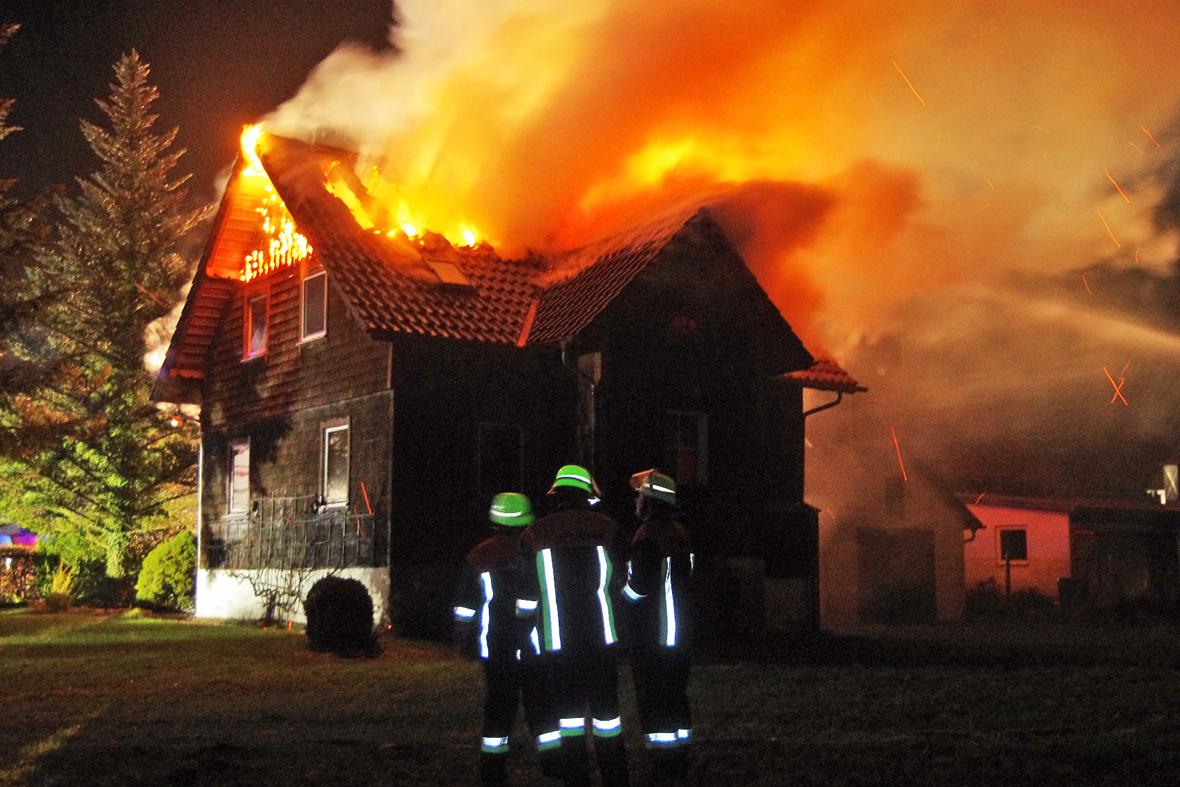 19-11-2014-guenzburg-ebershausen-brand-feuer-ferienhaus-feuerwehr-foto-weiss-new-facts-eu20141119_0001
