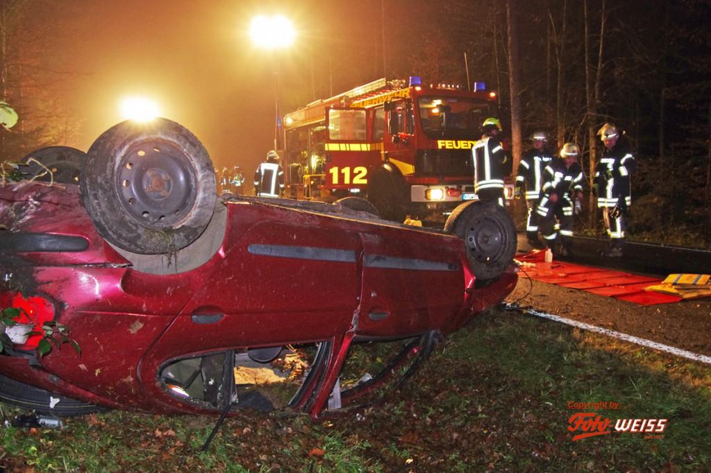 21-11-2014-guenzburg-krumbach-attenhausen-unfall-toedlich-18jahre-fahranfaenger-feuerwehr-weiss-new-facts-eu20141122_0004