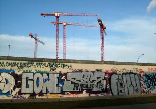 Baukräne an einem Rest der Berliner Mauer, über dts Nachrichtenagentur