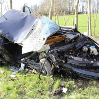 Wiedergeltingen - Pkw prallt gegen Baum - Fahrer schwer verletzt aus dem Fahrzeug geschleudert