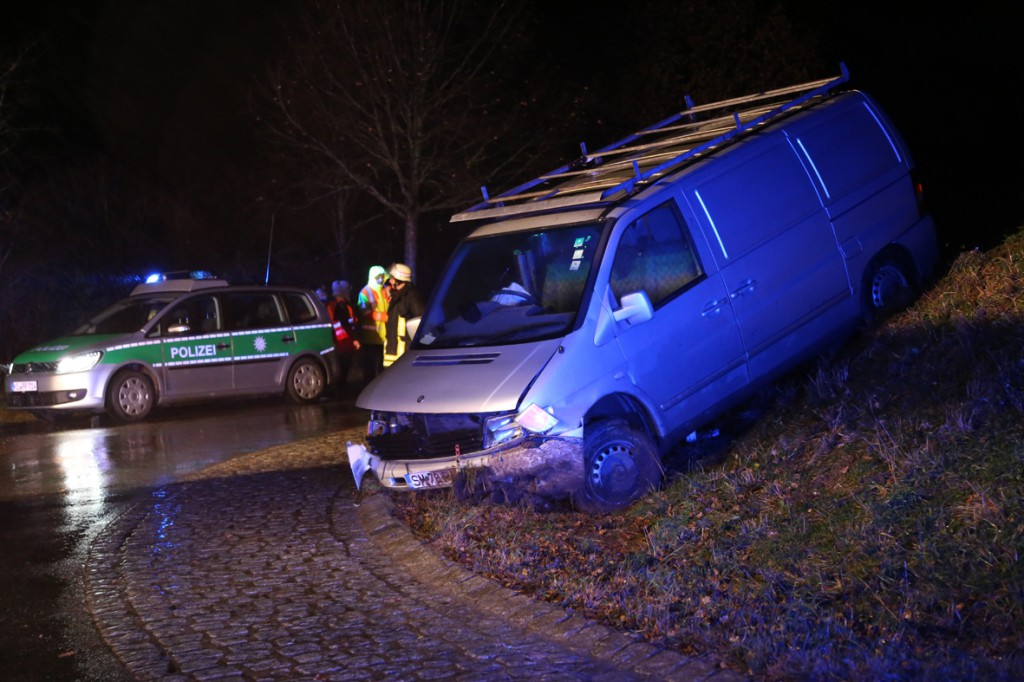 19-12-2014-unterallgaeu-rammingen-unfall-transporter-verkehrsinsel-poeppel-new-facts-eu0003