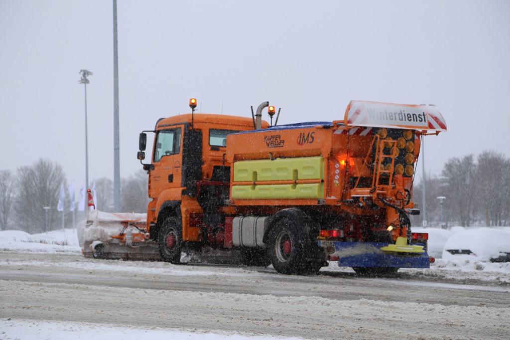 30-12-14-sattelzug-lkw-schneeglaette-winterdienst-poeppel-new-facts-eu0006