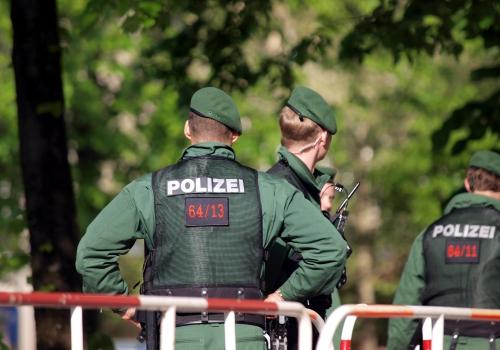 Polizisten an einer Absperrung, über dts Nachrichtenagentur