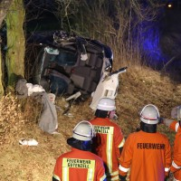 Huerbel/Schönburg - Pkw prallt gegen Baum - Fahrerin schwerst verletzt