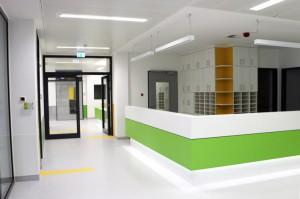 Ein Blick in die neuen Räume des Kinderdialysezentrums, wo nierenkranke Buben und Mädchen behandelt werden. Foto: Klinikum Memmingen
