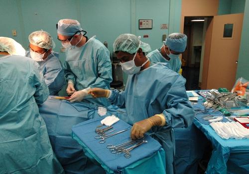 Ärzte bei Operation, über dts Nachrichtenagentur