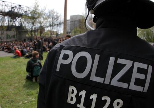 Polizei mit linken Gegendemonstranten, über dts Nachrichtenagentur