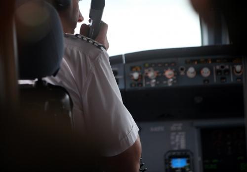 Pilot im Cockpit, über dts Nachrichtenagentur