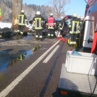 04-02-15_BY_ostallgaeu_Pforzen_Bad-woerishofen_Unfall_Baum-Pkw_Feuerwehr_Bringezu_new-facts-eu0007