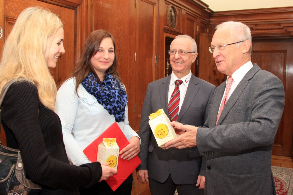 Memmingens Oberbürgermeister empfängt Ausbildungsabsolventinnen des Tierheims