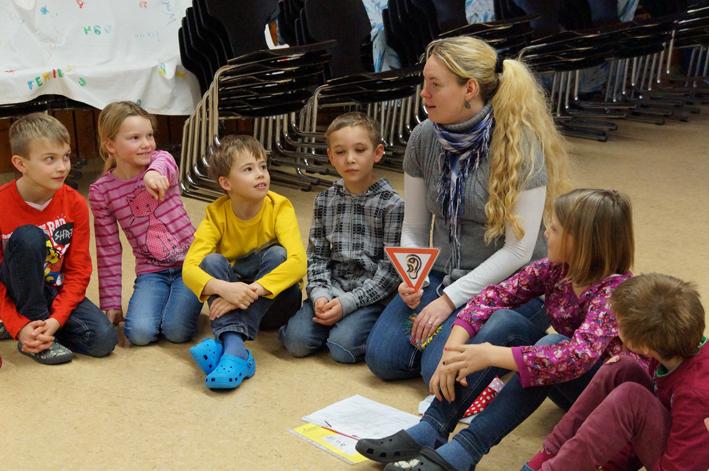 Miriam Maier gemeinsam mit der 3.  Klasse der Ronsberger Grundschule