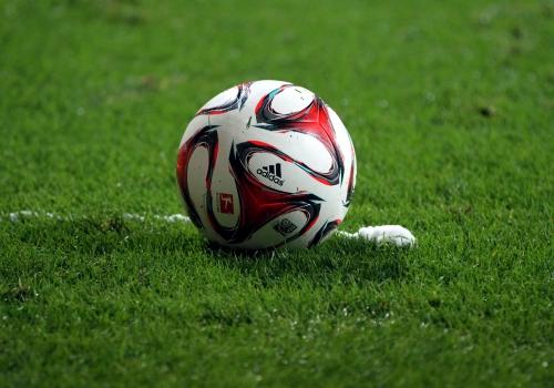 Fußball liegt vor Freistoßspray, über dts Nachrichtenagentur
