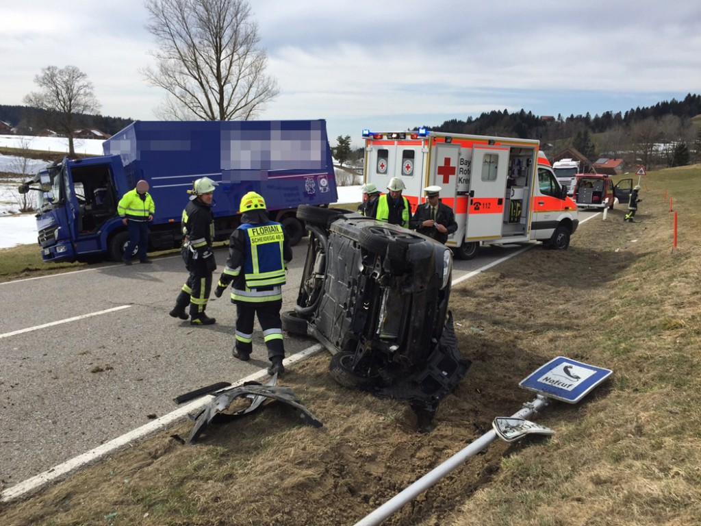 17-03-15_BY_Lindau_Scheidegg_Unfall_Pkw_Lkw_Feuerwehr_Raedler_new-facts-eu0003