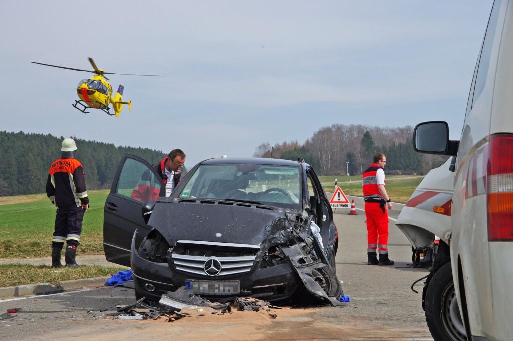 21-03-15_BY_Guenzburg_B16_Aletshausen_Unfall_Feuerwehr_Polizei_Poeppel_new-facts-eu0003