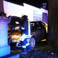 27-03-15_BY_Memmingen-Steinheim_Unfall_Pkw_Freidhof_Baum_Feuerwehr_Poeppel_new-facts-eu0014