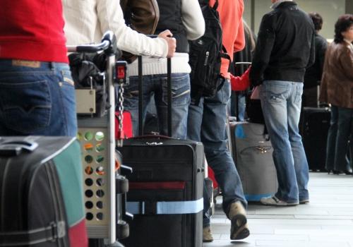 Touristen beim Check-in am Flughafen, über dts Nachrichtenagentur