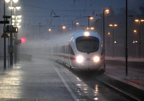 ICE-Zug bei Unwetter, über dts Nachrichtenagentur