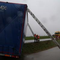 02-04-15_BY_Memmingen-Steinheim_Windboe_Lkw_Feuerwehr-Sperrung_Poeppel_new-facts-eu0010