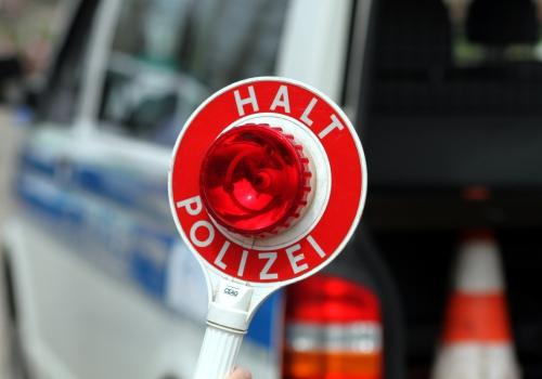 Halt-Stopp-Schild der Polizei bei einer Verkehrskontrolle, über dts Nachrichtenagentur